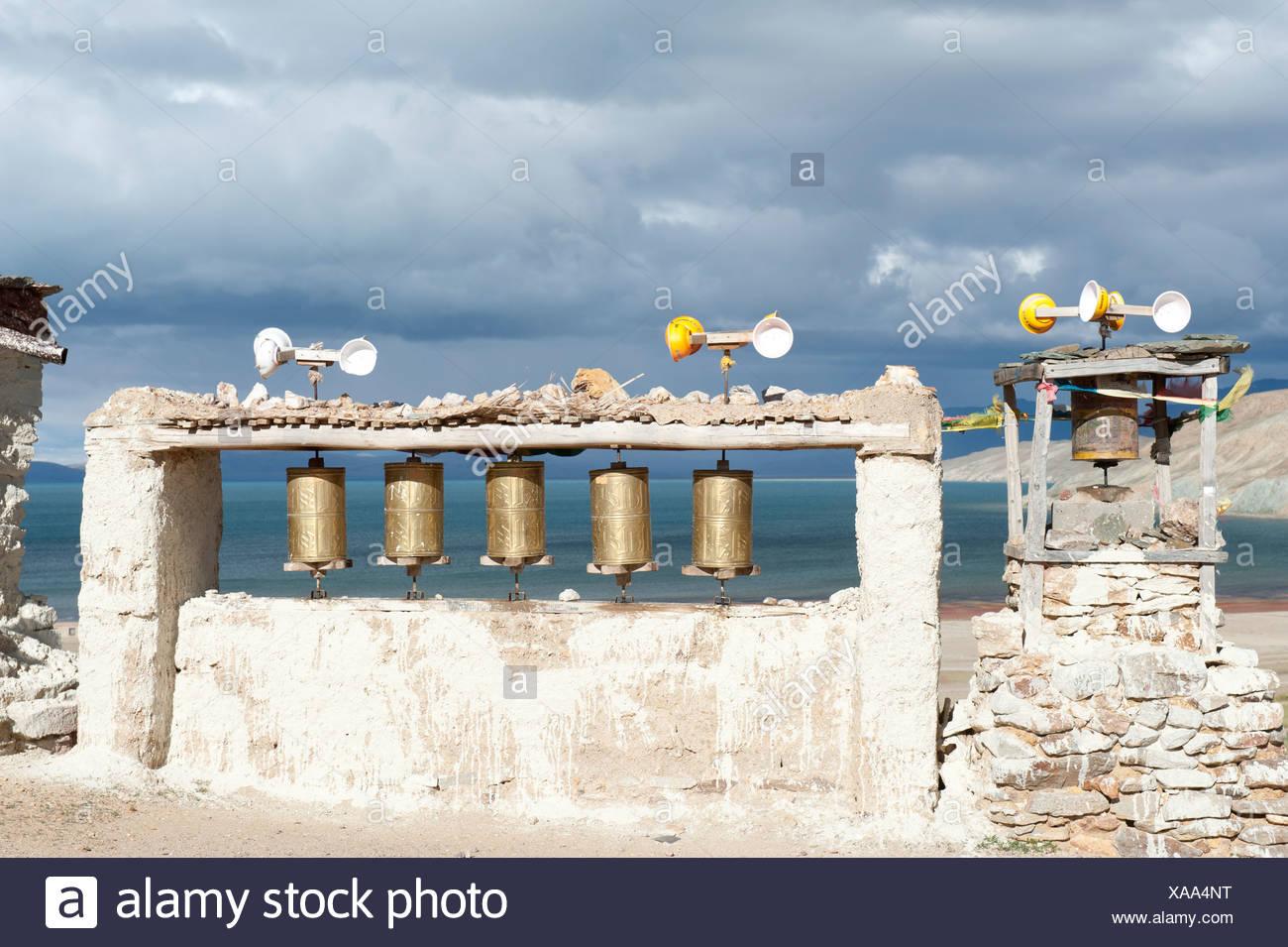 L'energia eolica, ruote della preghiera alimentato dal vento, Chiu Gompa monastero sopra il lago Manasarovar, Mapham Yutsho, Kailash area, Ngari Immagini Stock