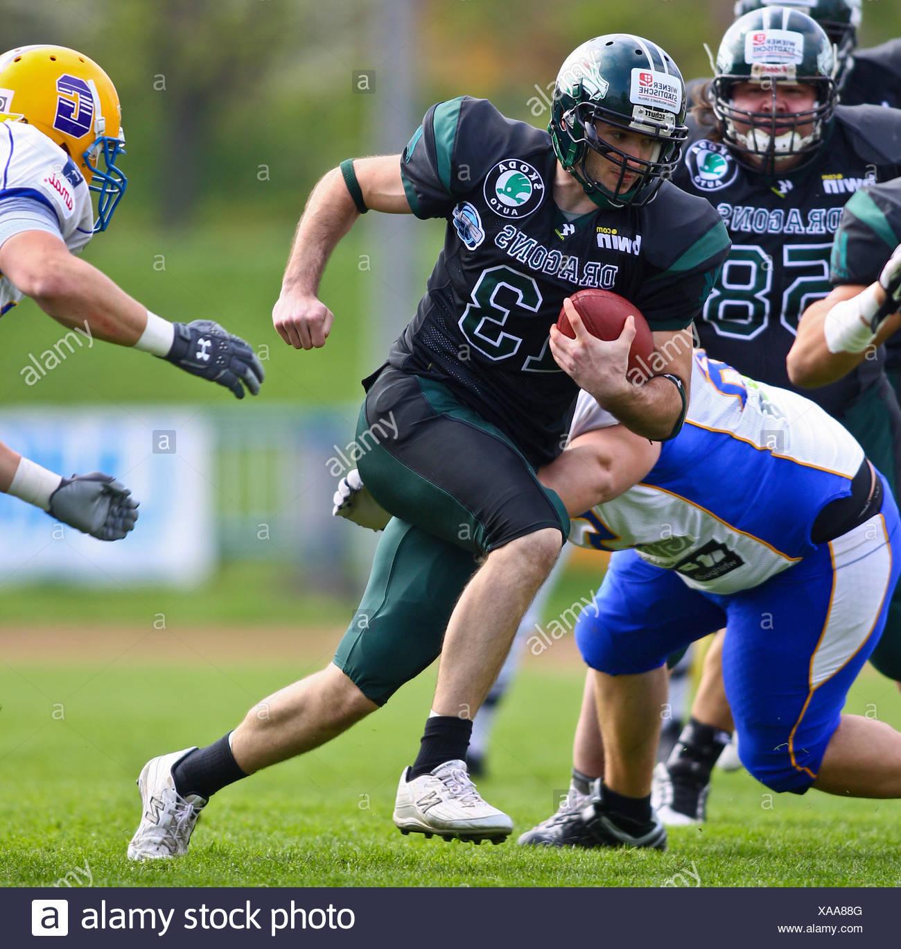 Football americano, QB Thomas Haider, No. 13 dei draghi, in esecuzione con la palla; i giganti di Graz vincere la partita contro i Immagini Stock
