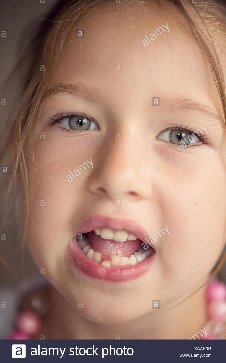 Ritratto di ragazza (6-7) con bocca aperta Immagini Stock