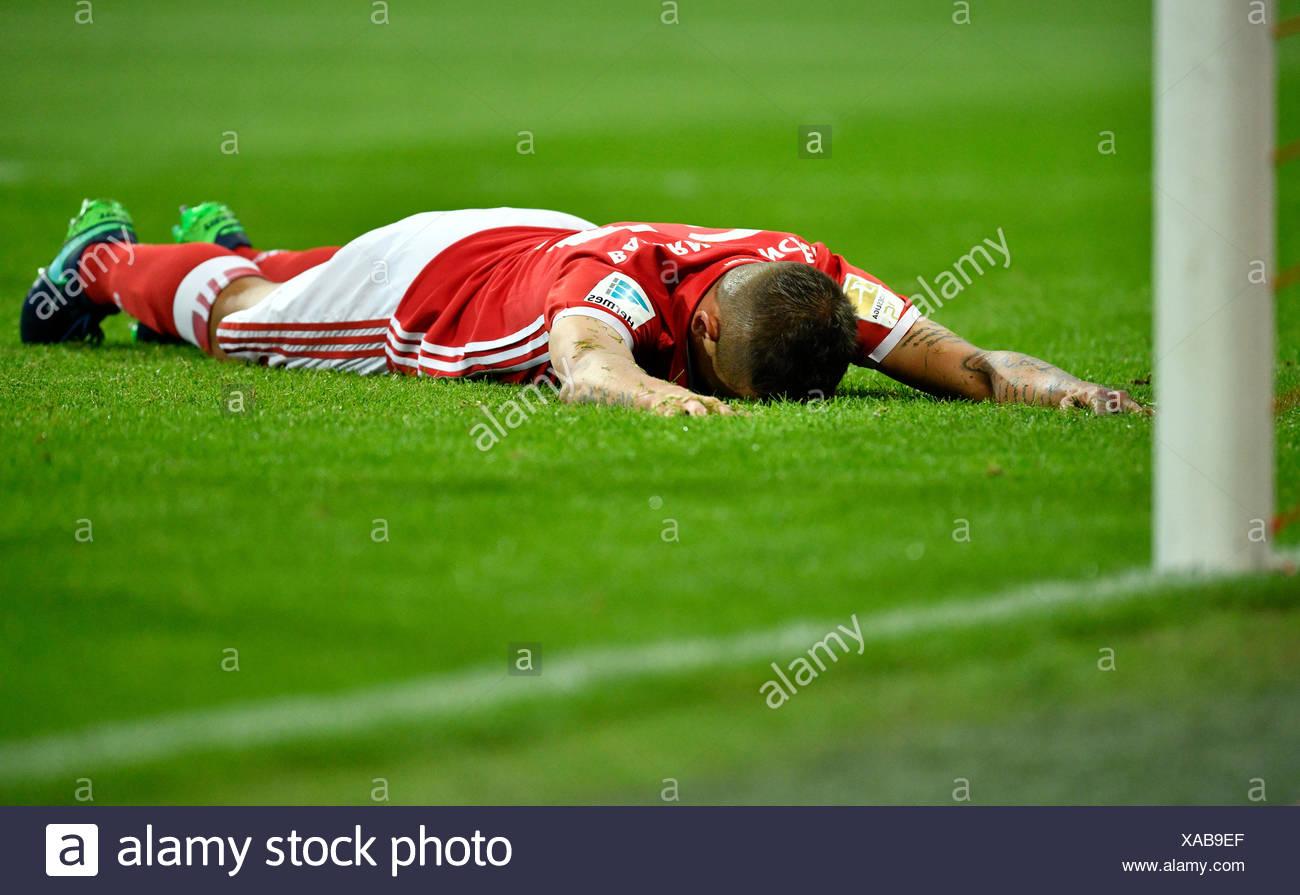 Rafinha giacente sul terreno, deluso, Bayern Monaco, stadio Allianz Arena di Monaco di Baviera, Germania Immagini Stock