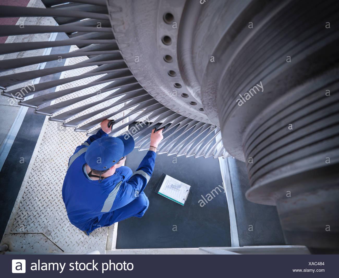 Ingegnere di ispezionare la turbina a vapore in lavori di riparazione Immagini Stock