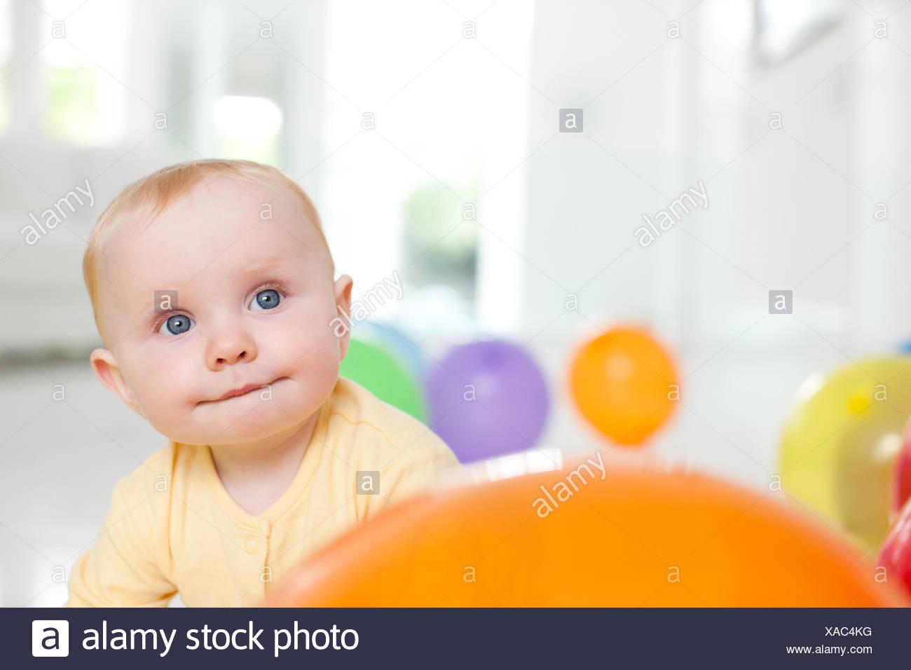 Curioso il bambino con palloncini Immagini Stock