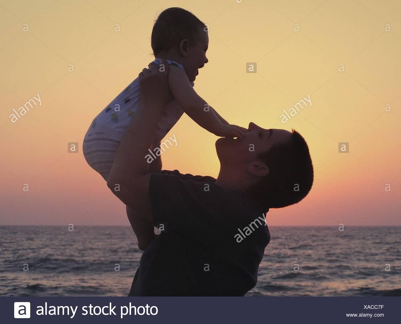 Riproduzione di madre con bambino sulla spiaggia Immagini Stock