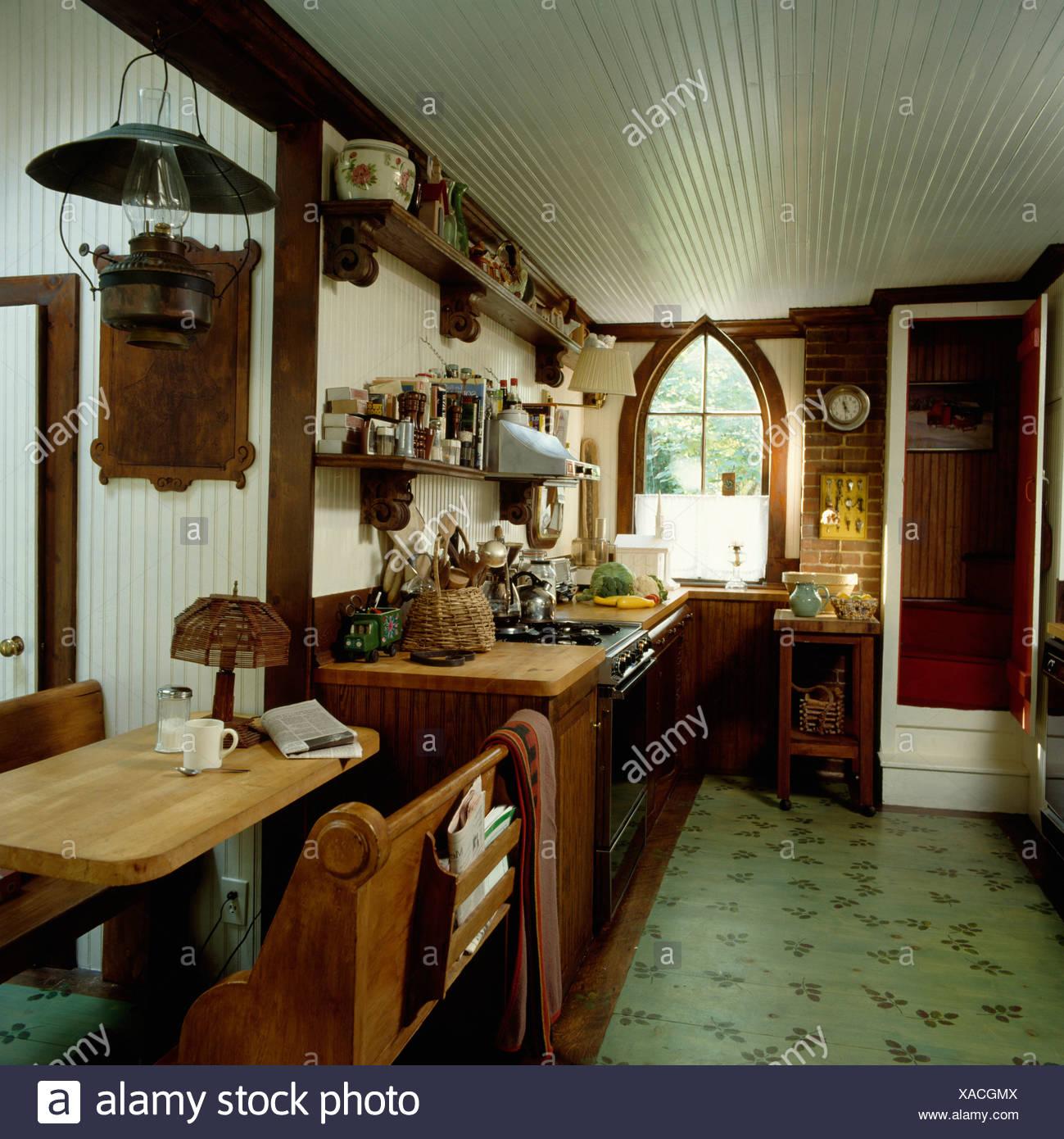Pino piccolo tavolo e sedie nel paese La cucina con pavimento in ...
