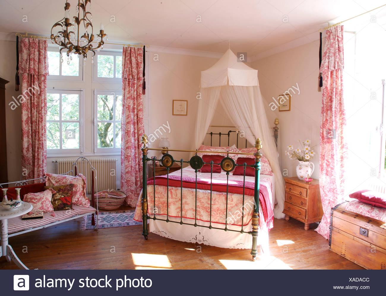 Angolo Del Letto : Voile bianco zanzariera sopra il letto in ottone con toile de jouy