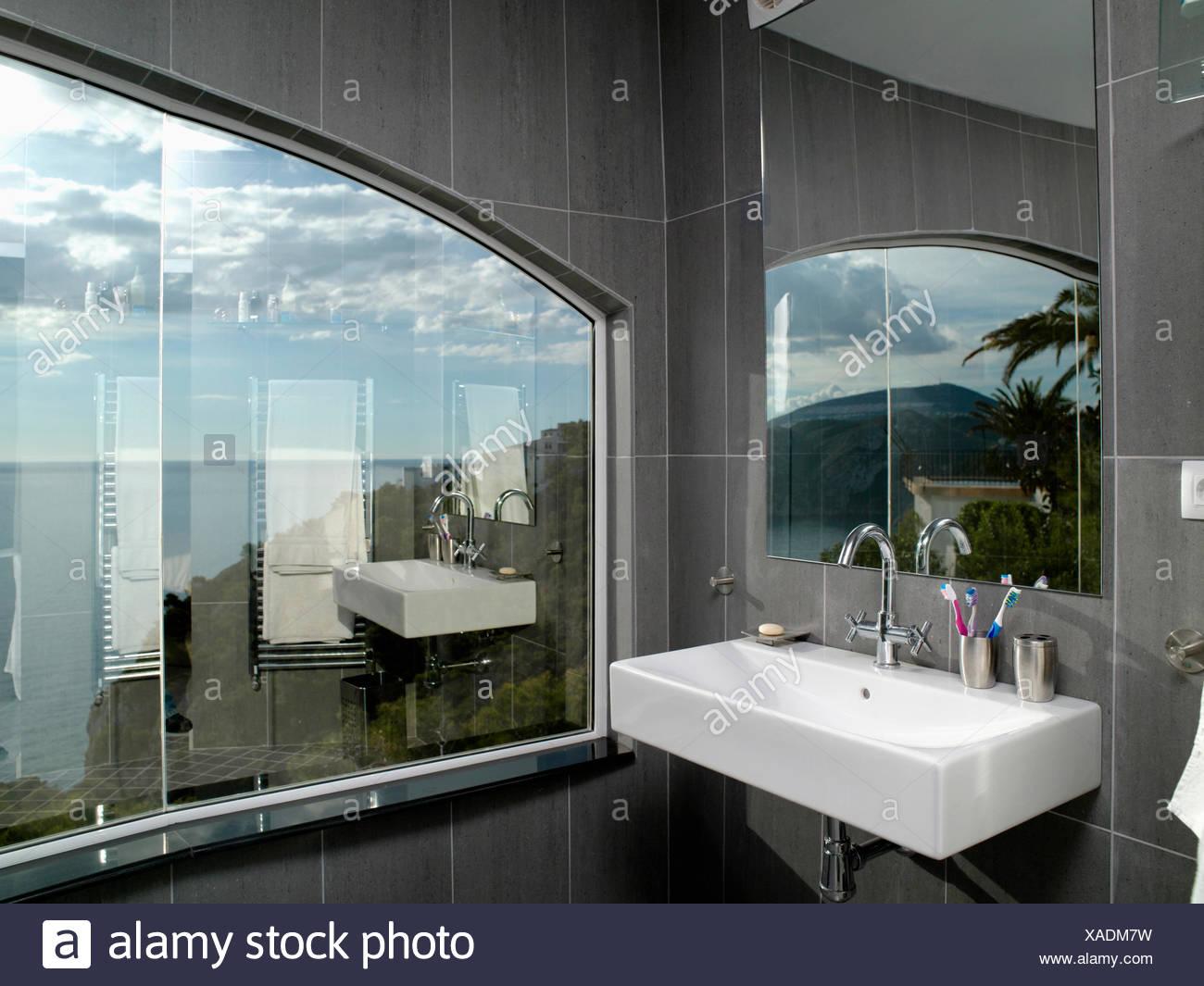 Bagno moderno grigio e bianco interno bagno bianco con un - Piastrelle sopra piastrelle ...