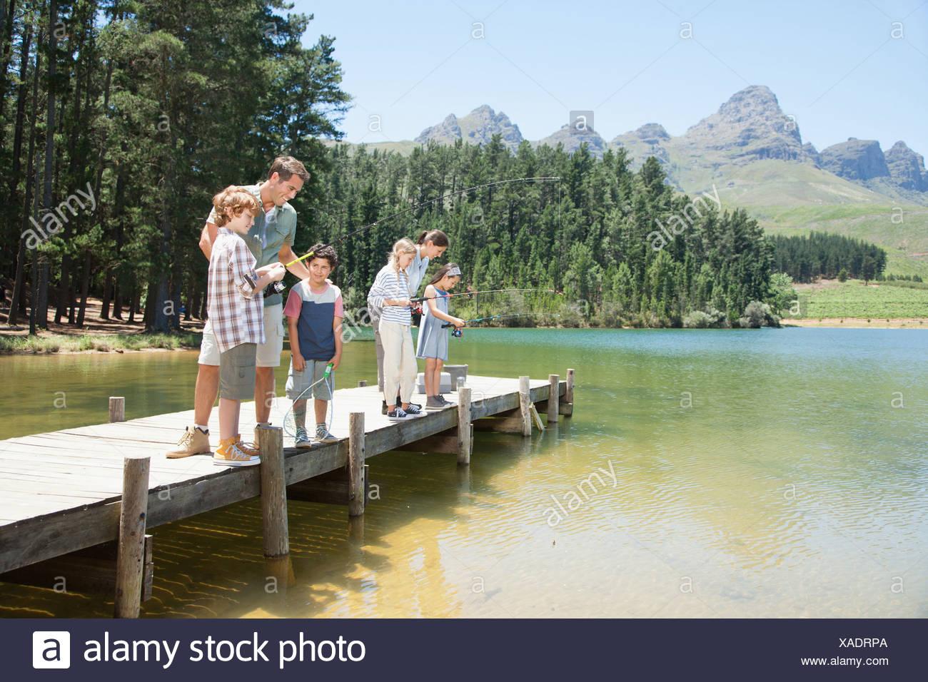 Famiglia pesca dock off Immagini Stock