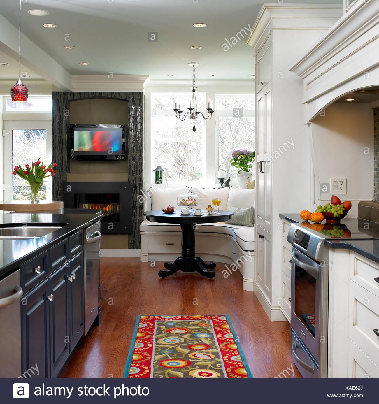 Bianco cucina tradizionale con prima colazione panchetto in angolo ...