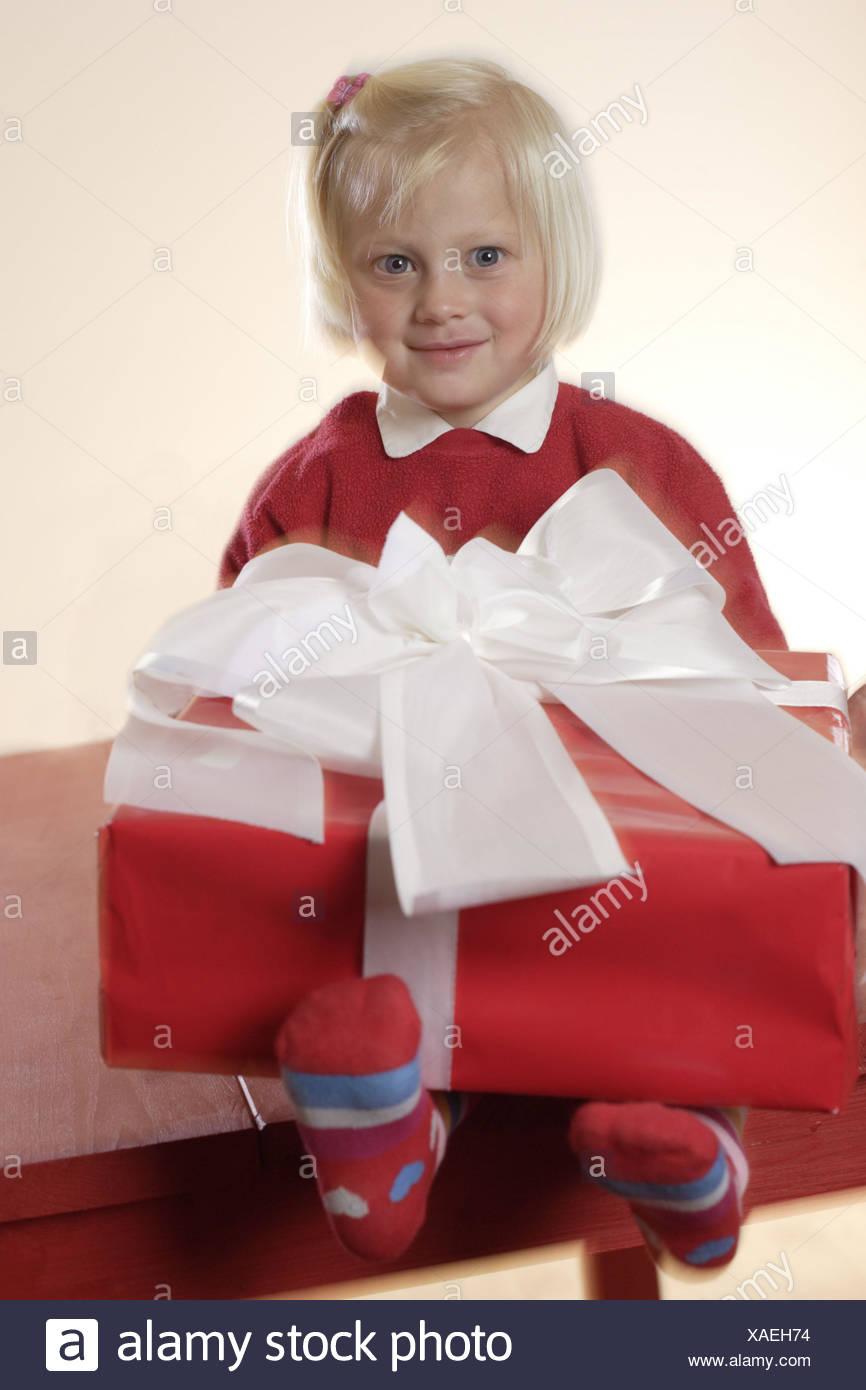 Regali Di Natale 5 Anni.Natale Bescherung Ragazze Seduta Dono Azienda