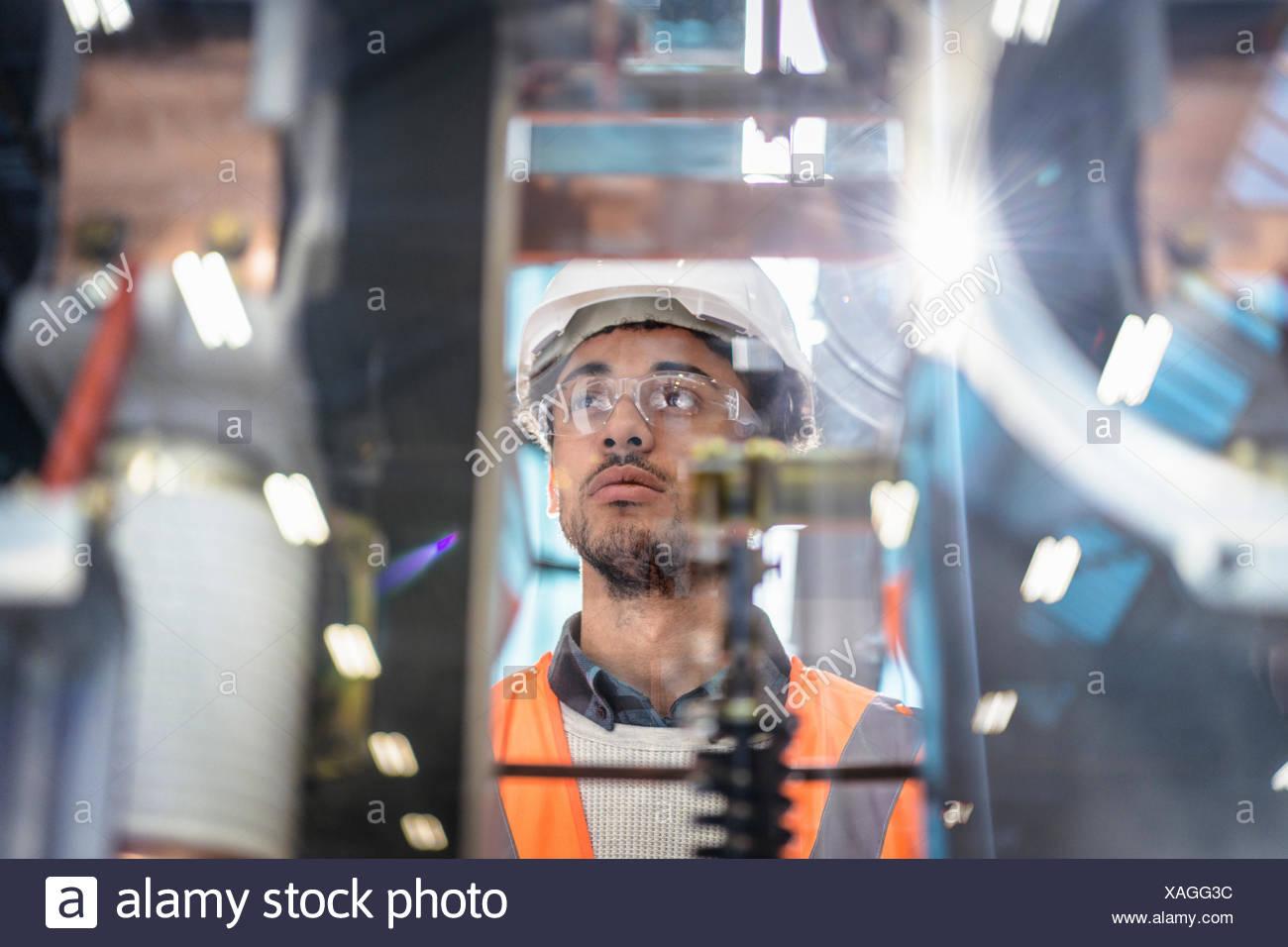 Ritratto di apprendista nella bottega di railway engineering facility Immagini Stock