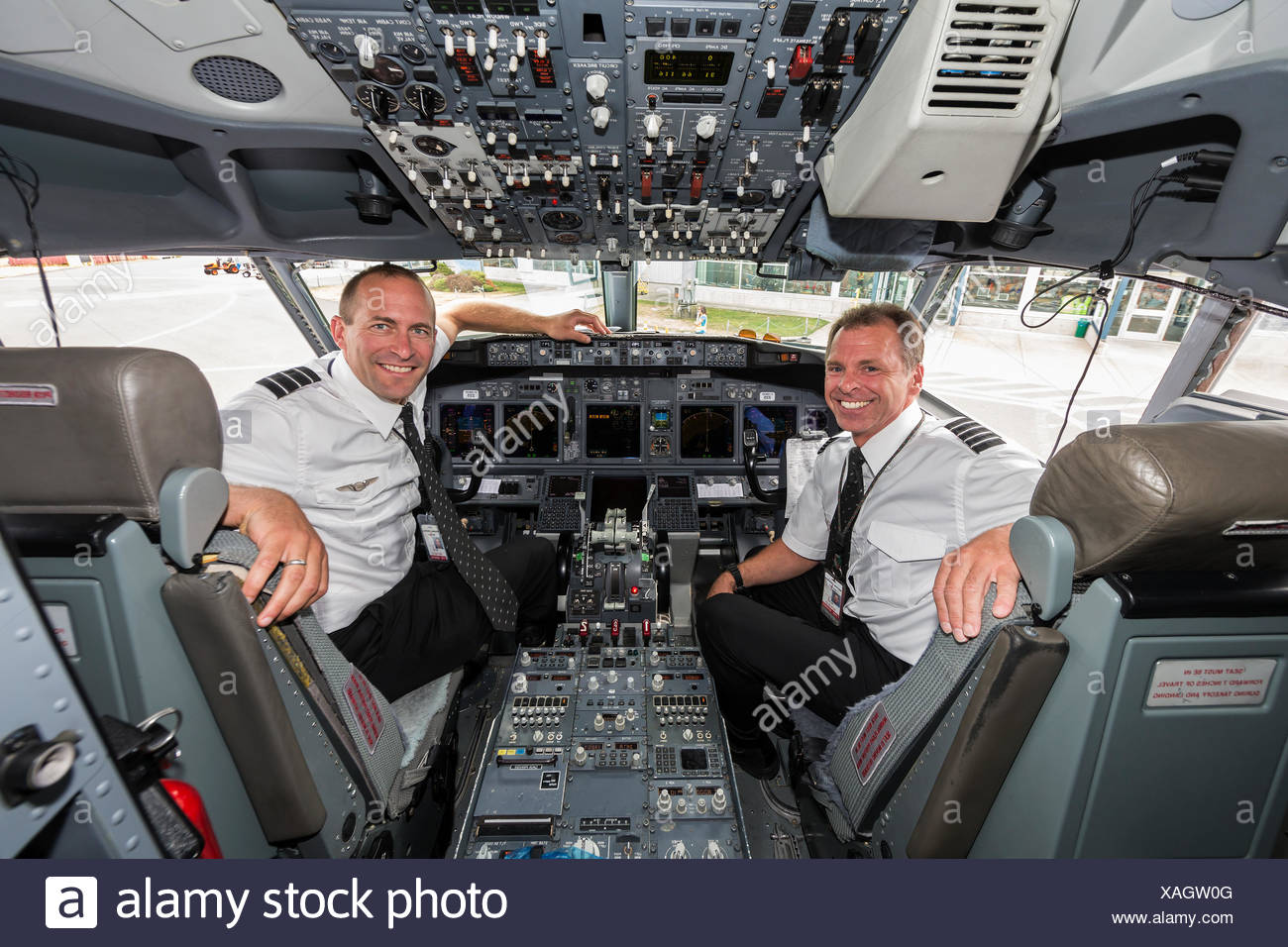 Vista interna di una 737 cockpit e i suoi due piloti,l'Comox Valley Immagini Stock