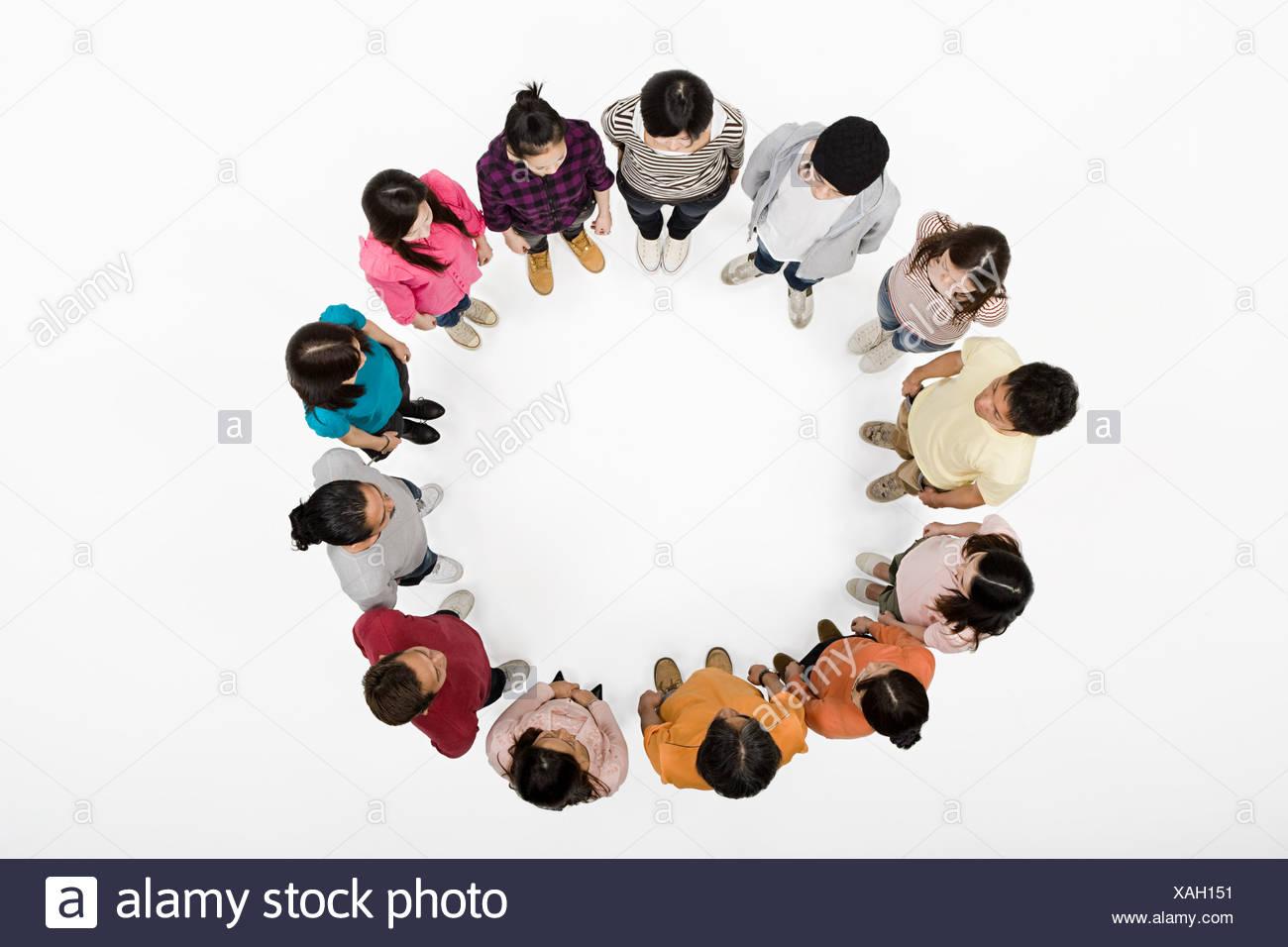 La gente in un cerchio Foto Stock