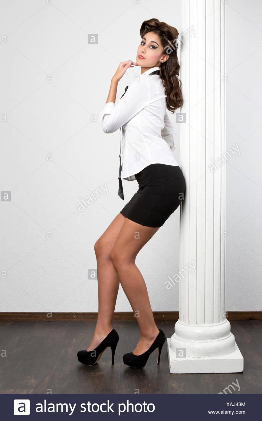 diversamente cb224 77b58 Giovane donna che indossa una camicia bianca, una gonna nera ...
