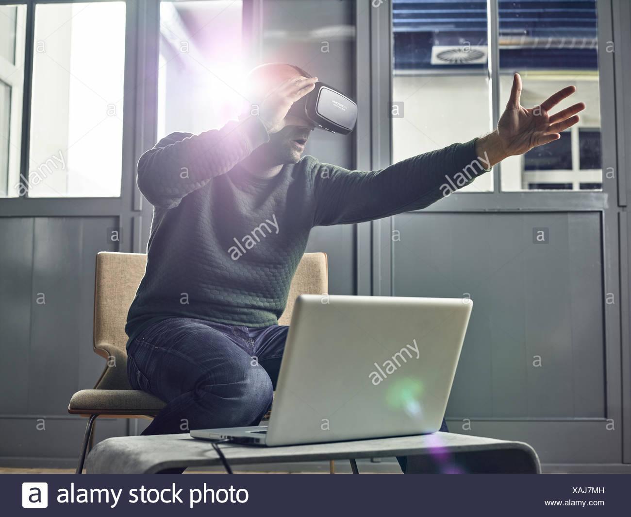 Uomo con VR occhiali, occhiali per realtà virtuale Immagini Stock