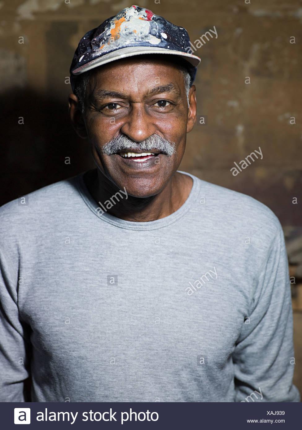 Man Wearing Baseball Hat Immagini   Man Wearing Baseball Hat Fotos ... b6e55049edf4