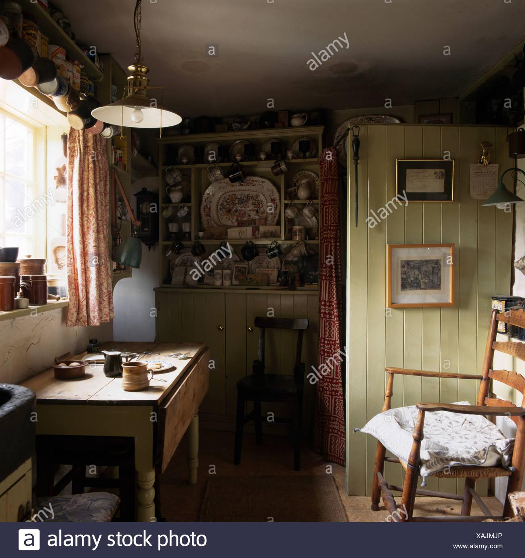 La sedia a dondolo e pino antico tavolo in piccolo vecchio stile ...