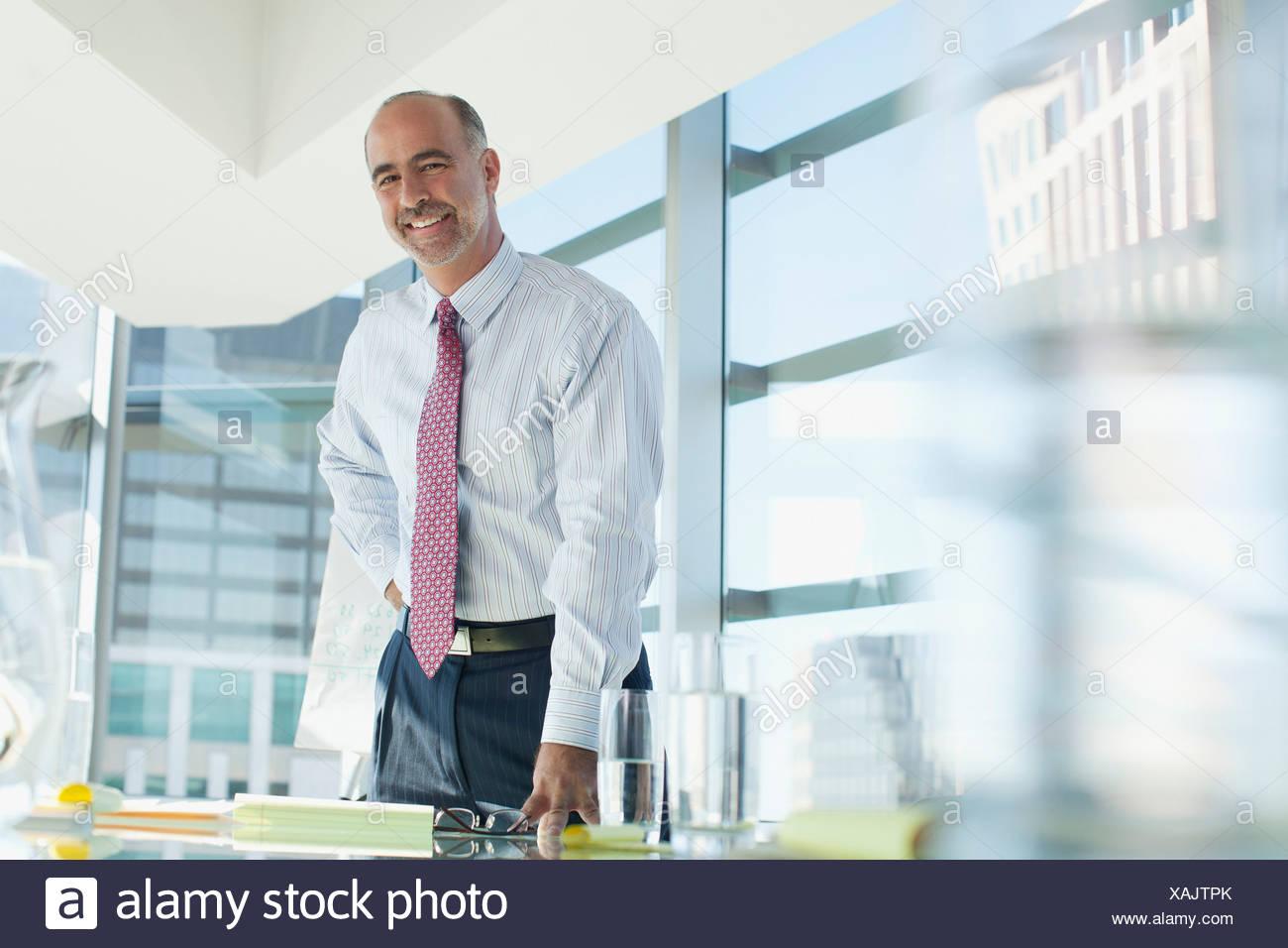 50-54 anni,ambizione,bald,azienda,abbigliamento business,imprenditore,california,immagine a colori,sala conferenze,fiducia,copia Immagini Stock