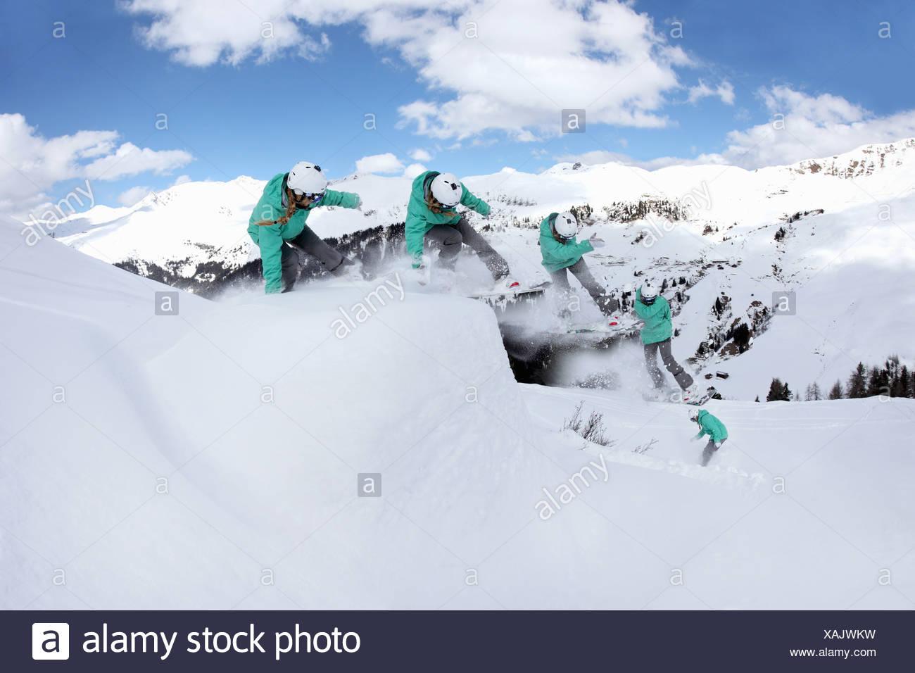 Multi Esposizione della giovane donna lo snowboard in montagna, Mayrhofen, Tirolo, Austria Immagini Stock