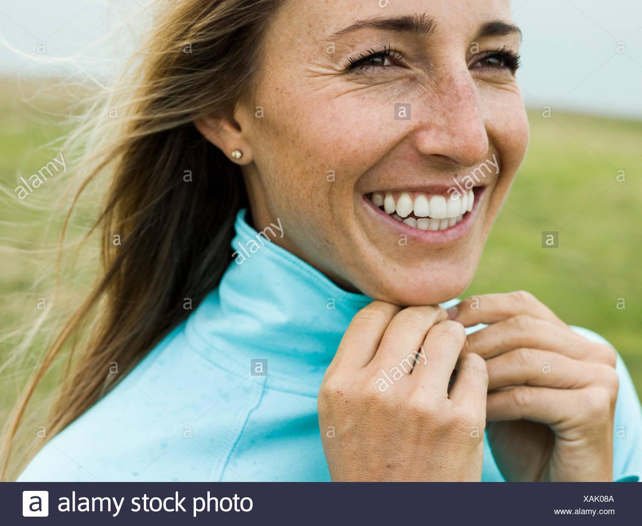 Ritratto di un sorridente giovane donna scuotitore Immagini Stock
