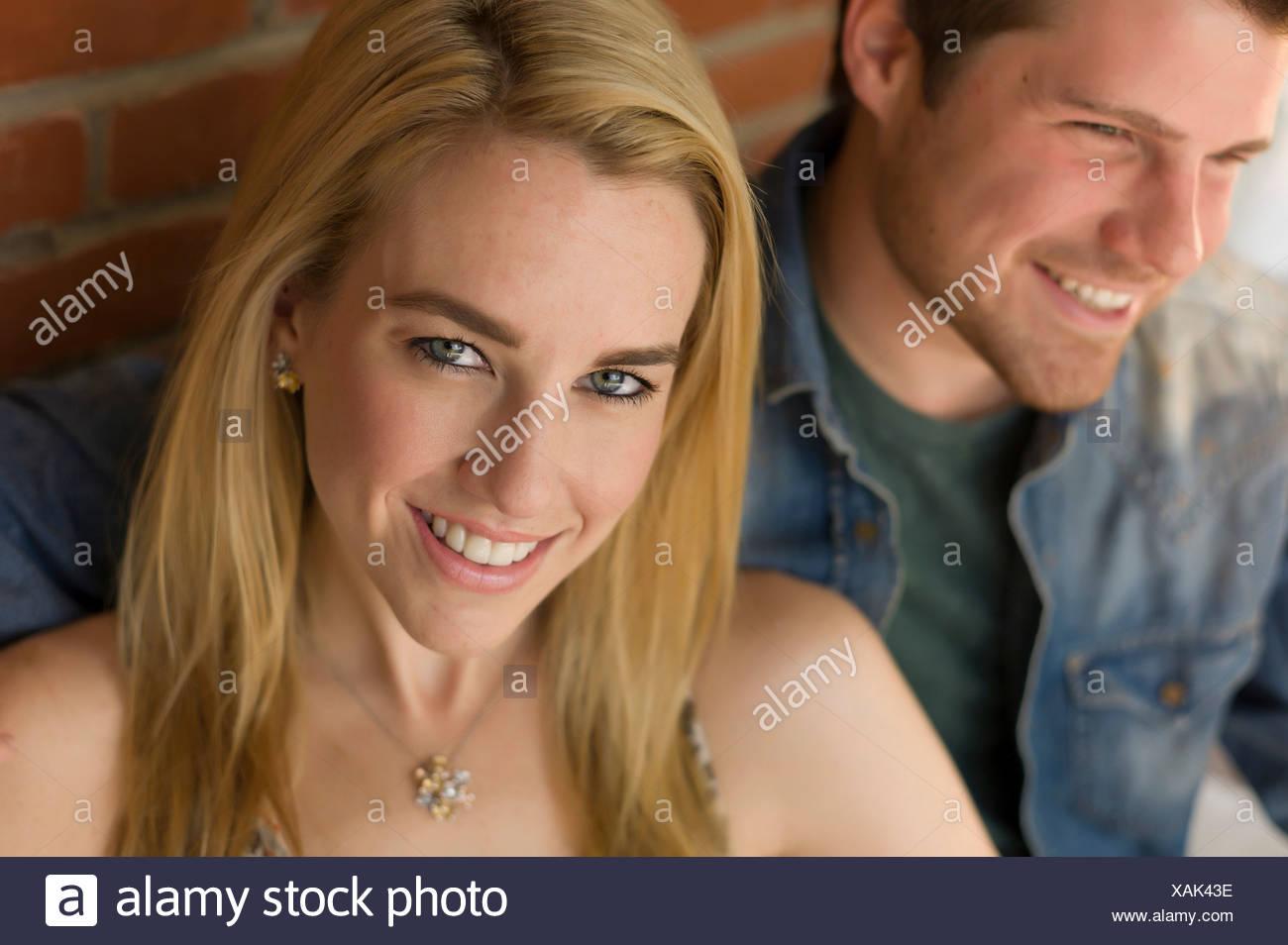 Ritratto di giovane, focus sul giovane donna sorridente Immagini Stock