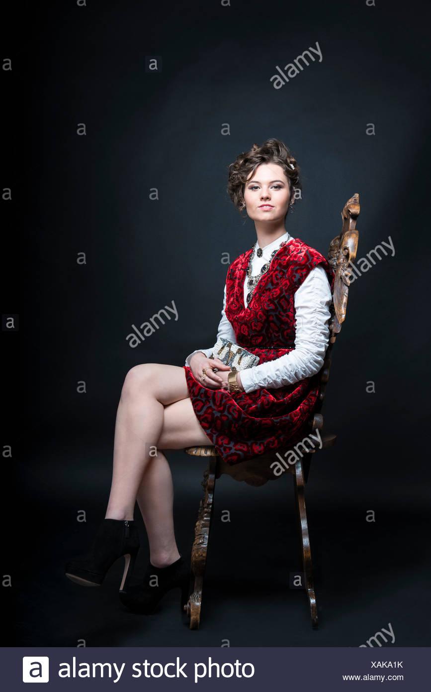 520bac988359 Ritratto del bellissimo modello caucasici in rosso di stile vittoriano abito  di velluto
