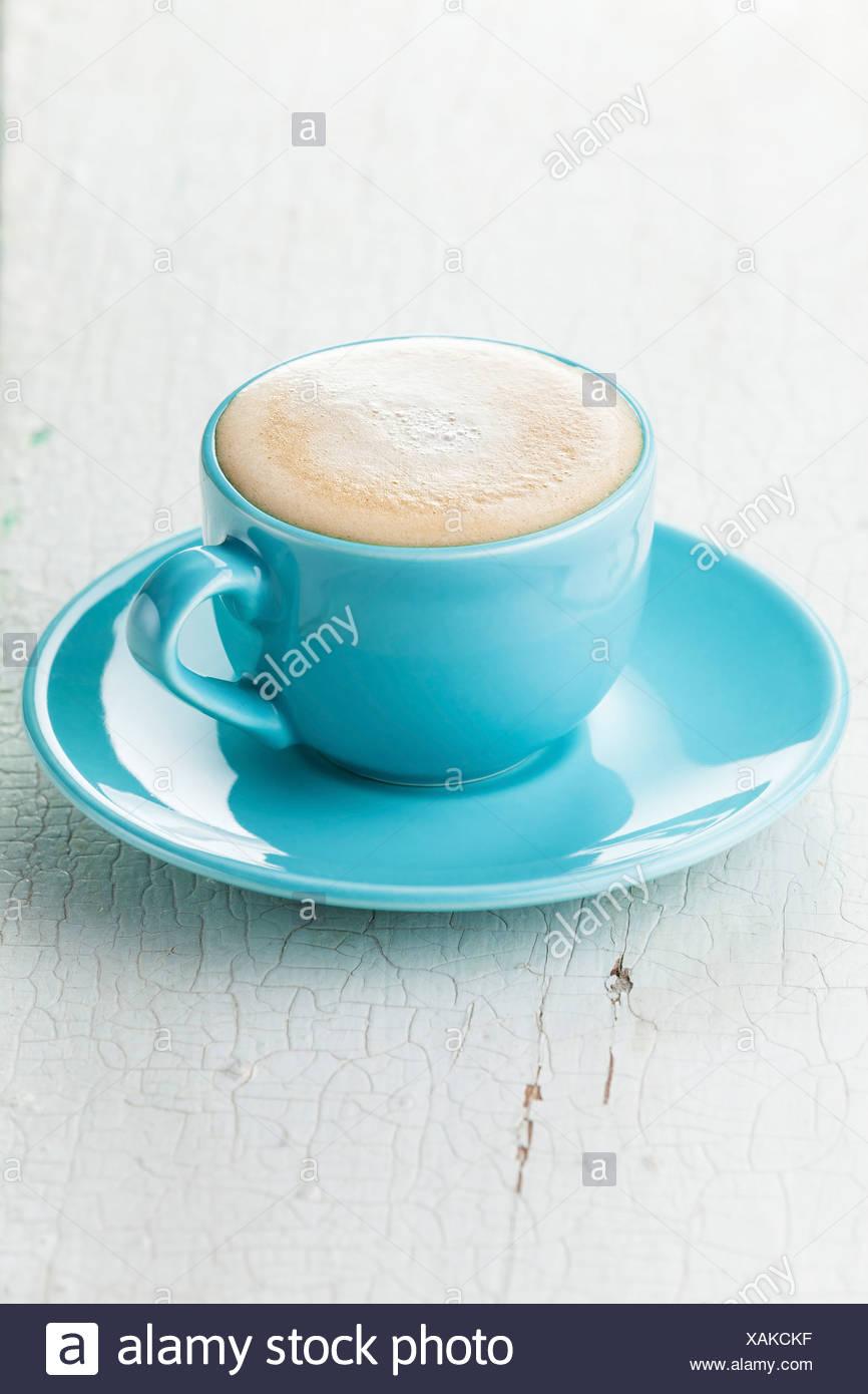Caffè Cappuccino in blu tazza da caffè Immagini Stock