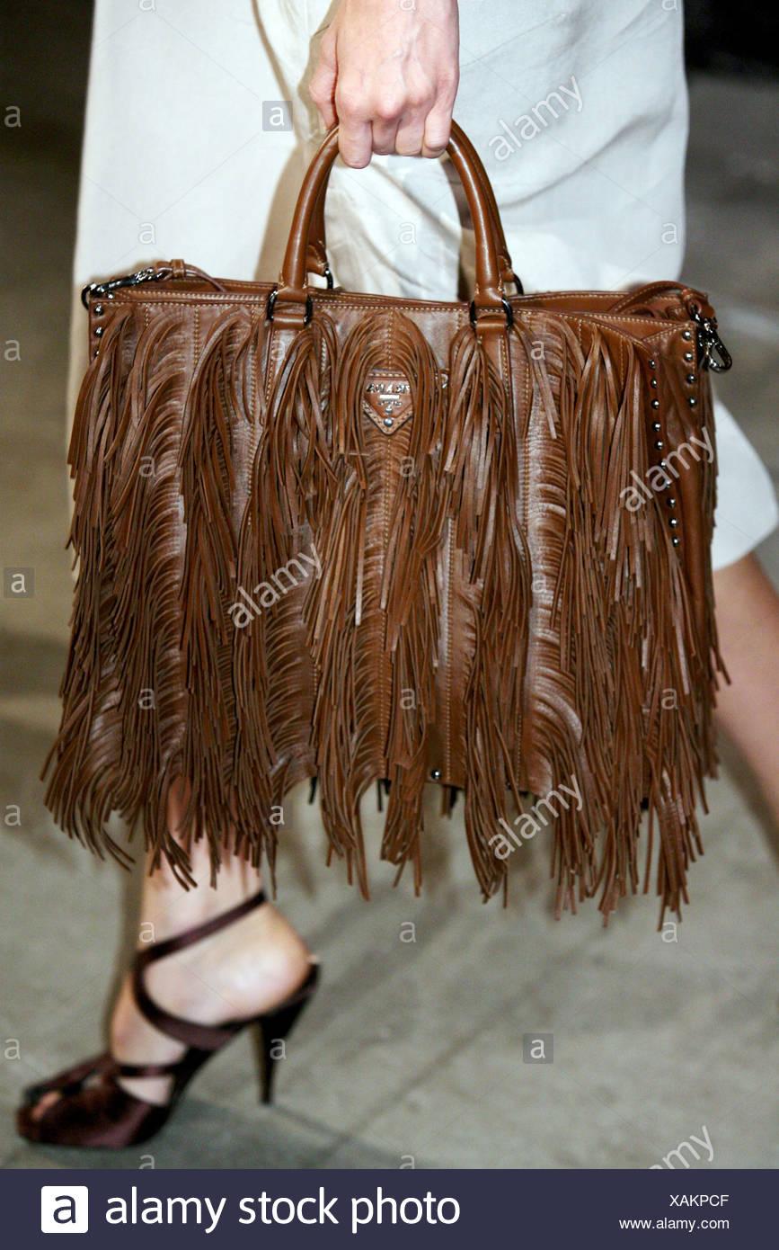 40d2f6bb28 Prada Milano pronto a indossare Primavera Estate immagine ritagliata della  porta femmina marrone pelle tasseled borsa