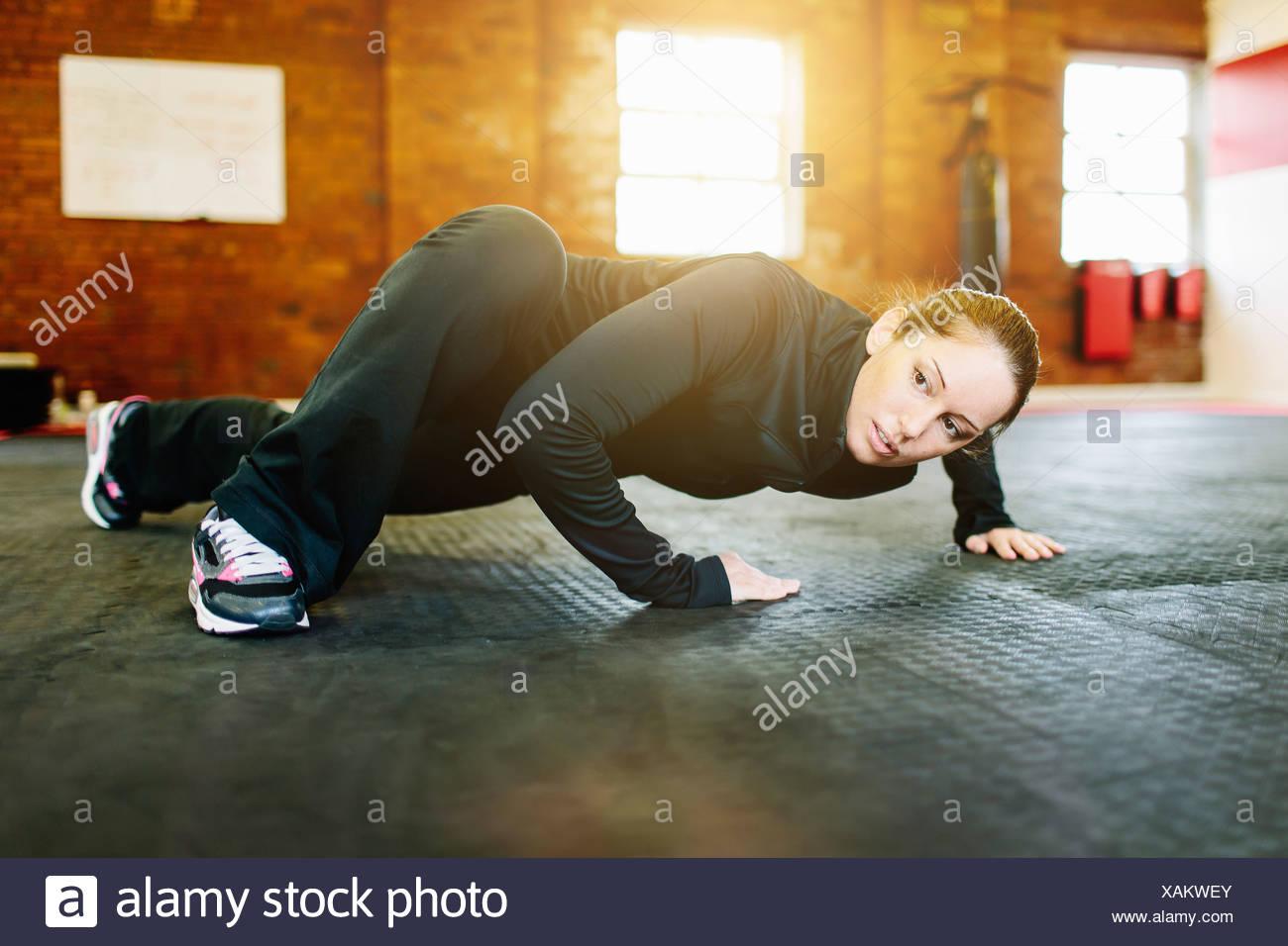 Donna facendo stretching esercizio in palestra Immagini Stock