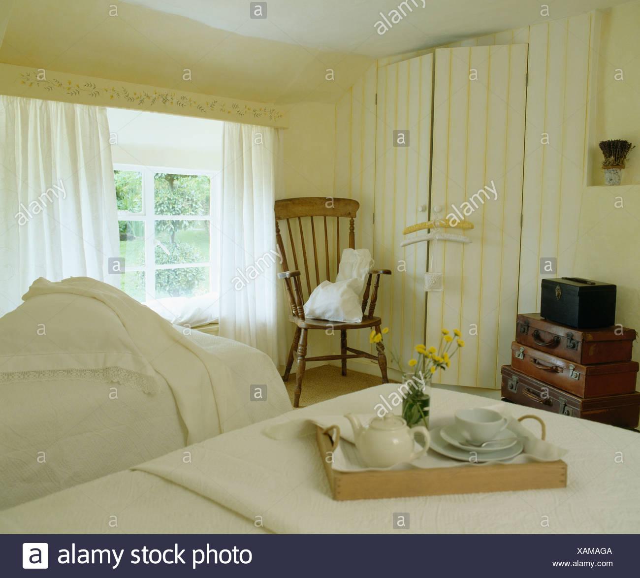 Interiors bedroom yellow wallpaper immagini interiors - Camera da letto del papa ...