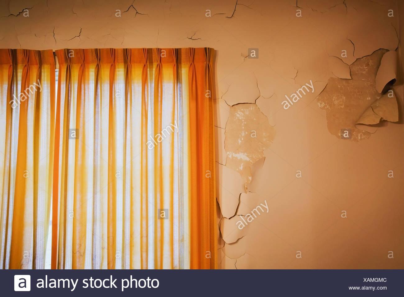 Pareti Colore Arancione : Con parete fessurata e vernice di pelatura e vecchie tende di colore