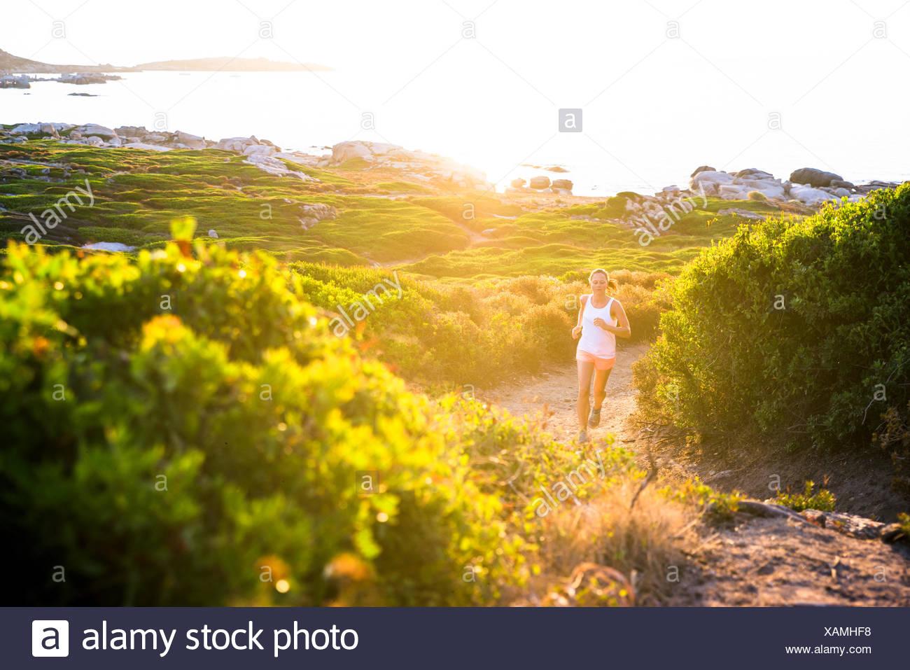 Ragazza di jogging sul sentiero, Corsica, Francia Immagini Stock