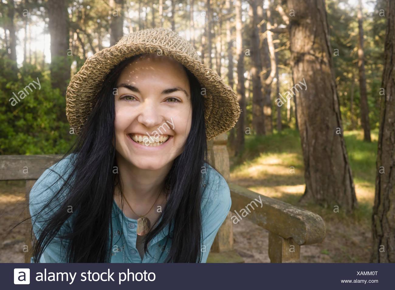 Donna sorridente verso la telecamera Foto Stock