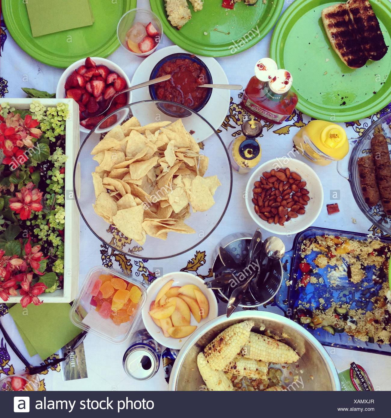Tavolo con barbecue cibo Foto Stock