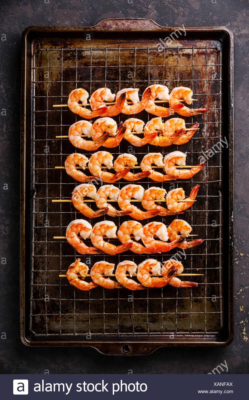 Grigliata di gamberi fritti su gli spiedini sulla griglia metallica teglia sfondo Immagini Stock