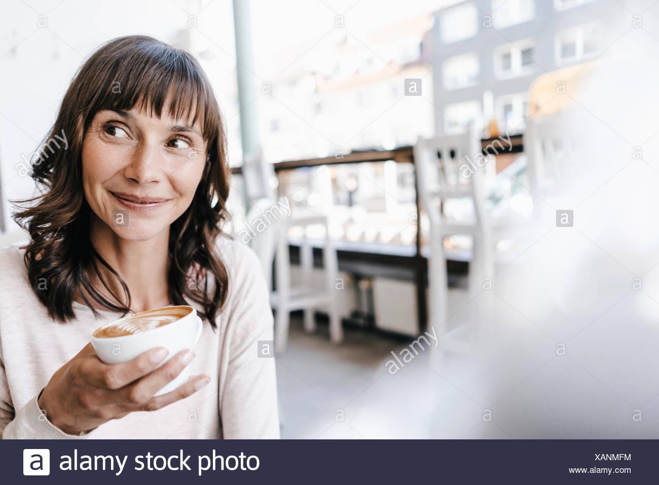 Donna in cafe, bere caffè Immagini Stock