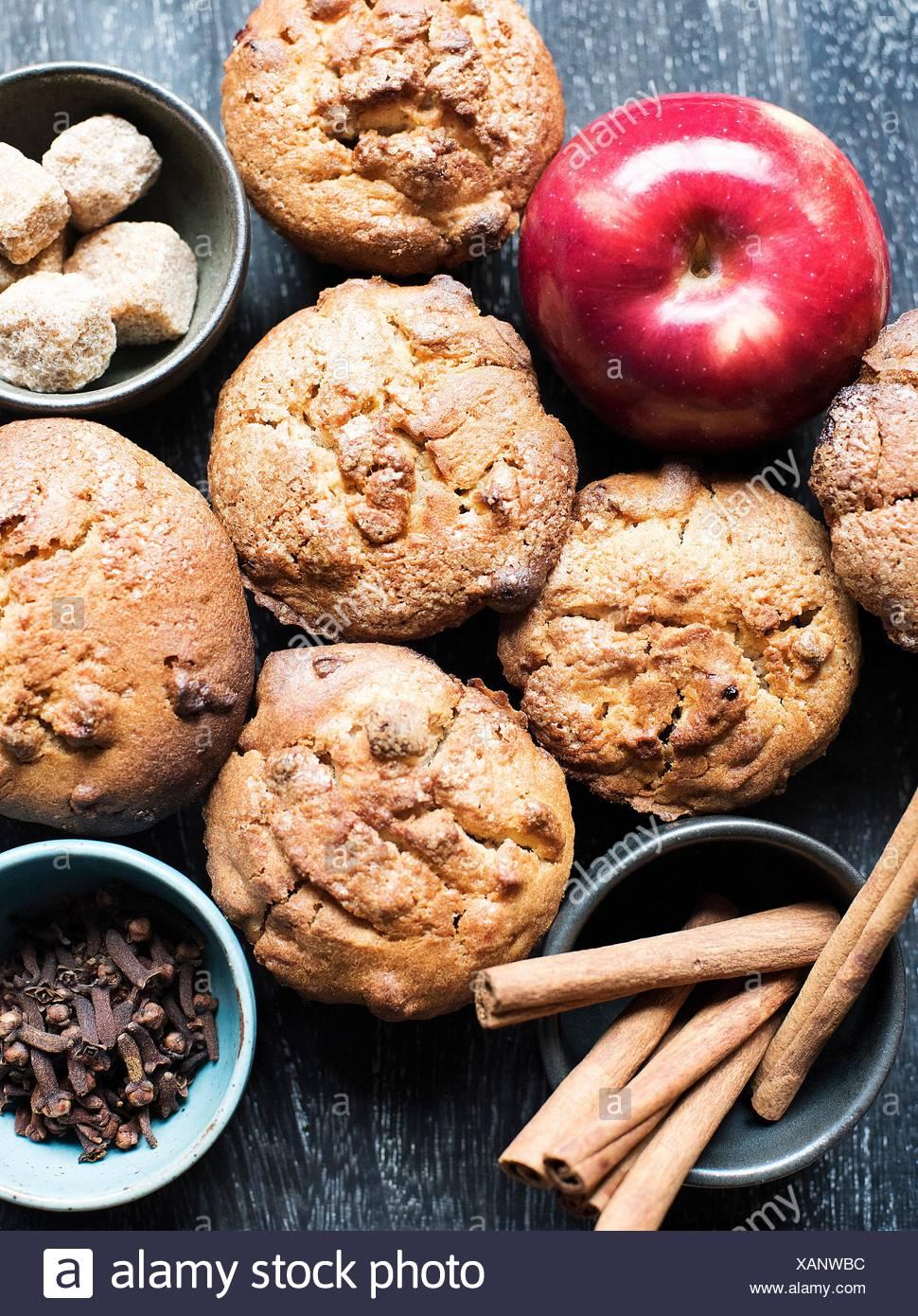 Muffin con mela e cannella e chiodi di garofano, vista aerea Immagini Stock