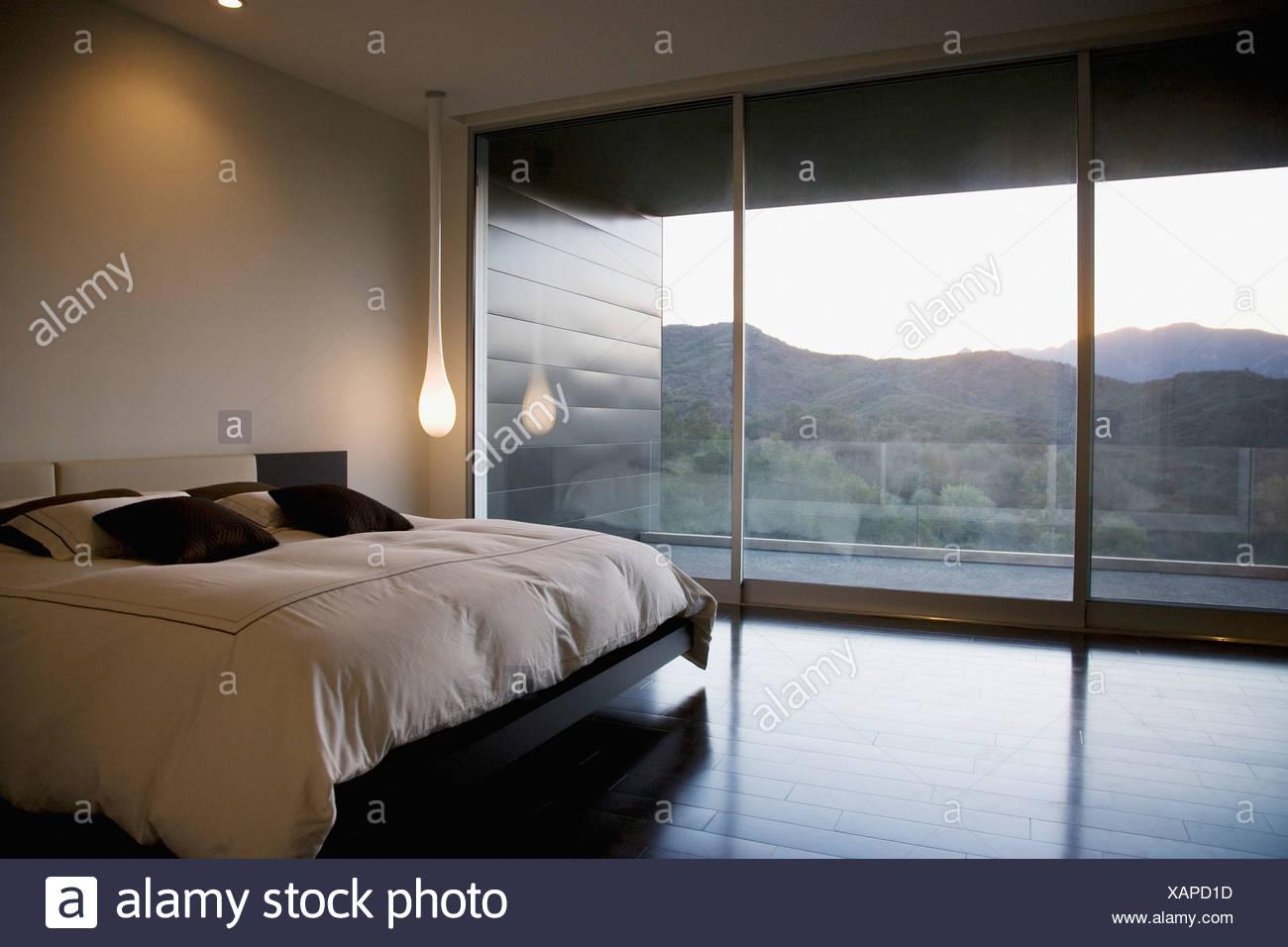 Camere da letto moderne e con pareti di vetro foto immagine stock 282005625 alamy - Foto camere da letto moderne ...