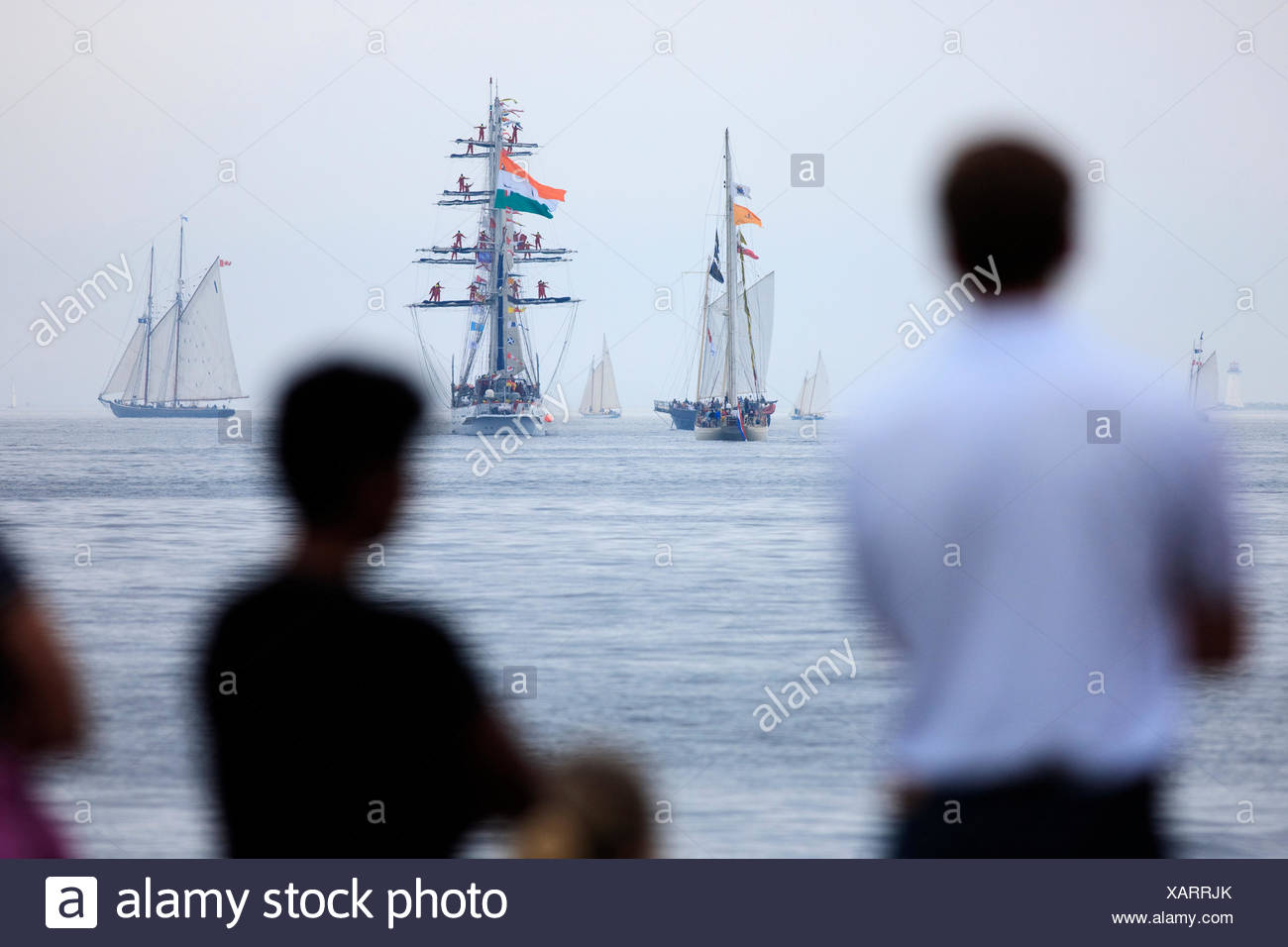 Le navi a vela in testa al mare come la gente guarda la sfilata di vela conclusione del 2007 Tall Ships festival di Halifax, Nova Scotia. Immagini Stock