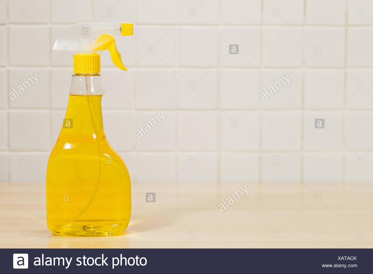 Bottiglia di giallo fluido di pulizia Immagini Stock