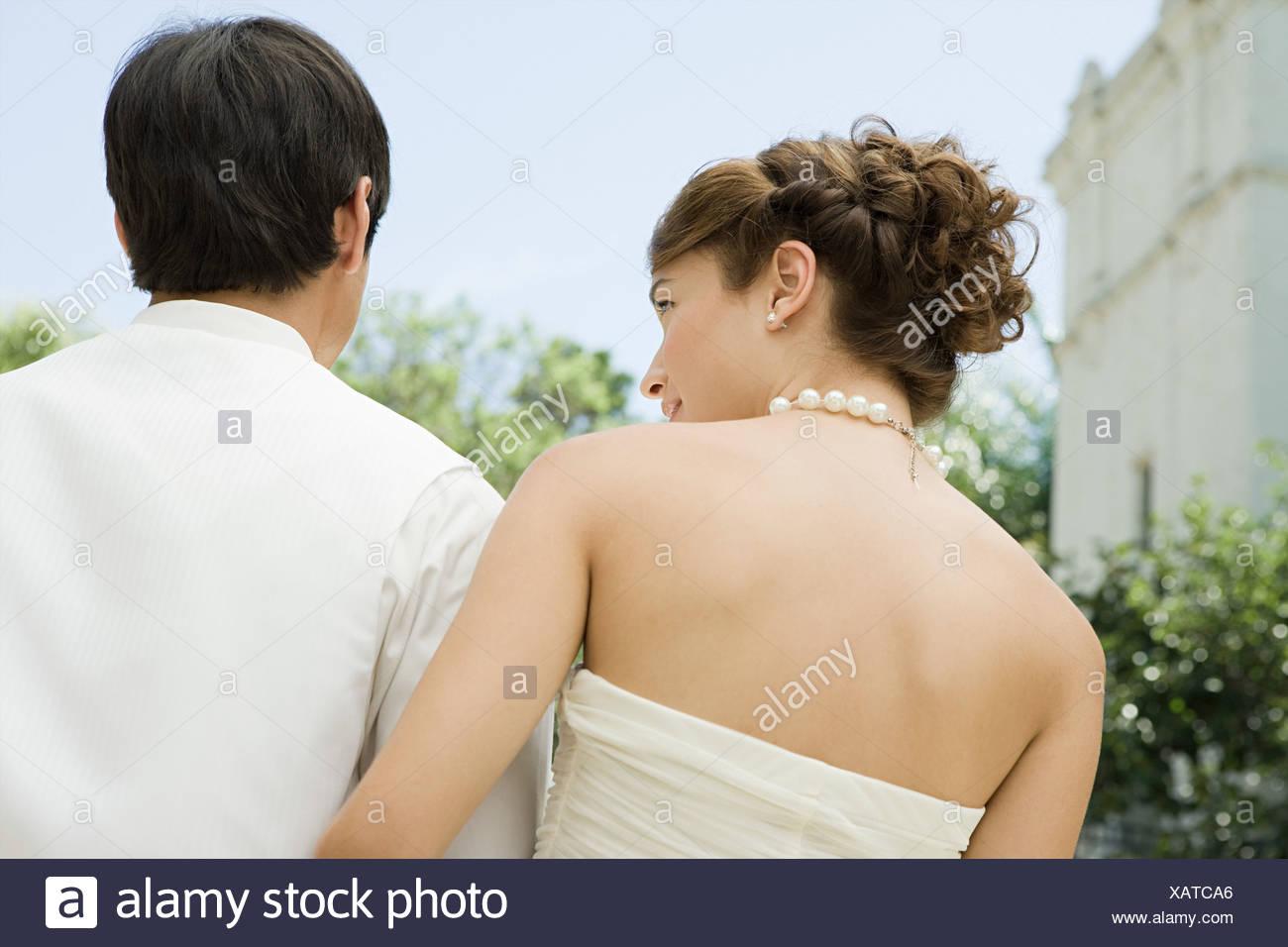 Vista posteriore di una sposa e lo sposo Foto Stock