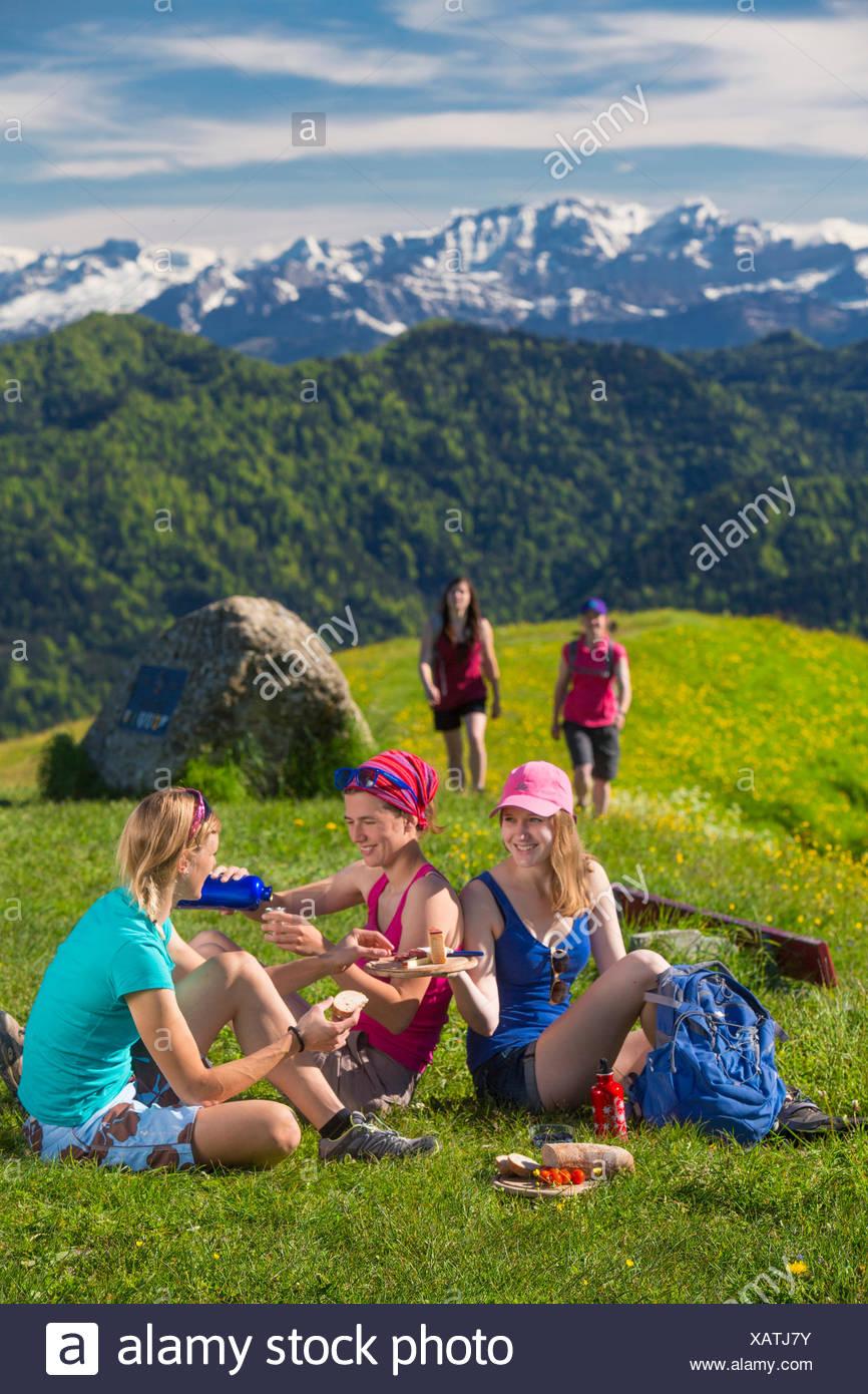Altipiani di Zurigo, passeggiate, escursioni, Hörnli, Alpi mountain, montagne, gruppo, sentiero, gruppo, donne, canton Zurigo, Svizzera, e Immagini Stock
