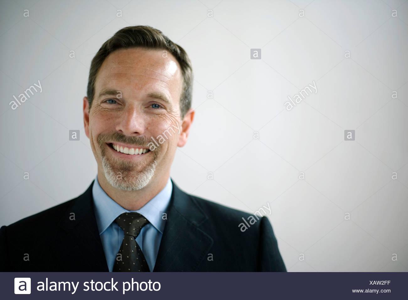 Portret di imprenditore sorridente in telecamera Immagini Stock