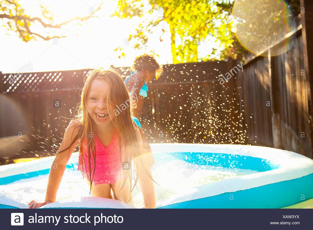 Due ragazze giocare in giardino piscina per bambini Immagini Stock