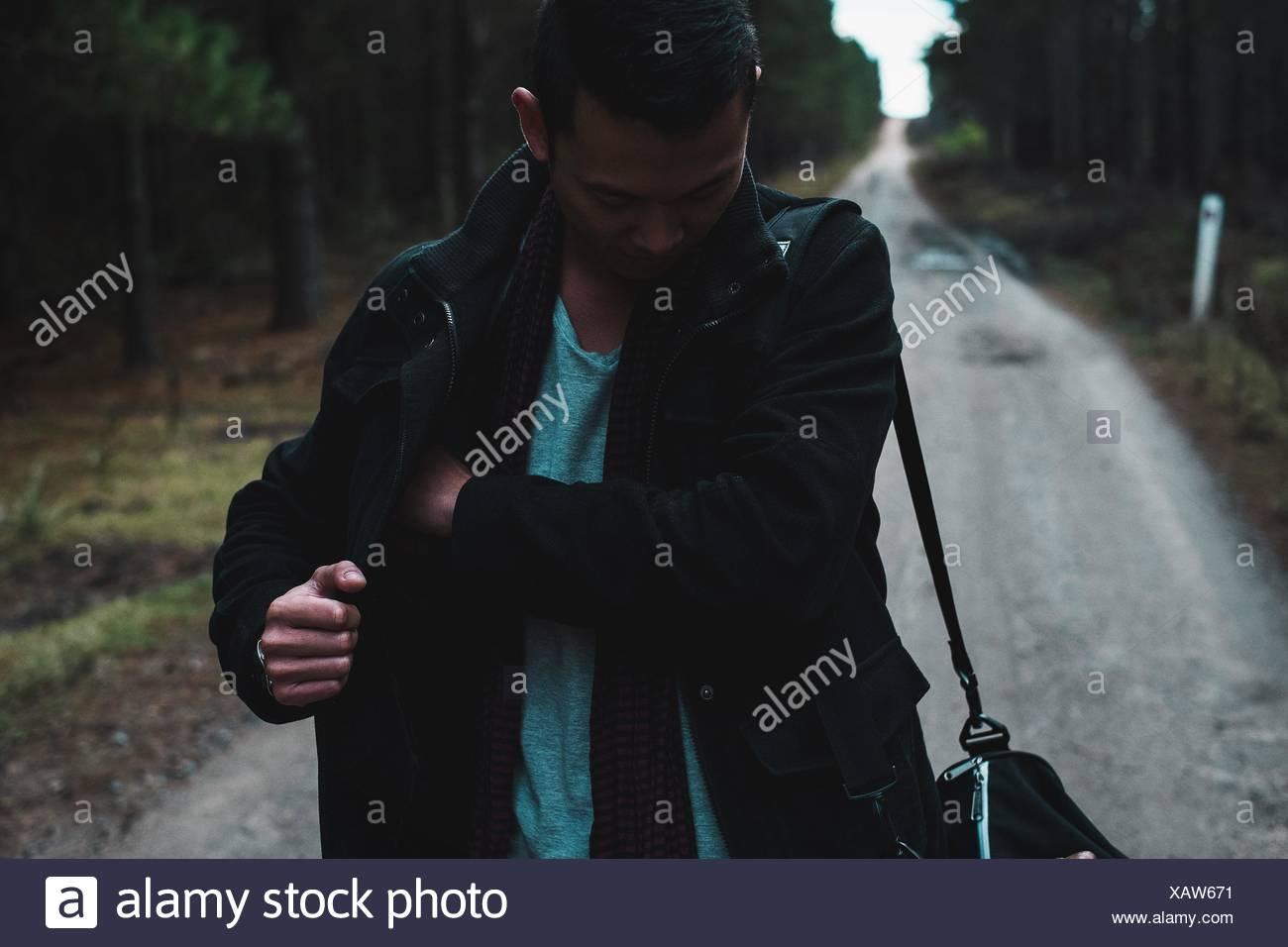 L'uomo sul sentiero nella foresta Foto Stock
