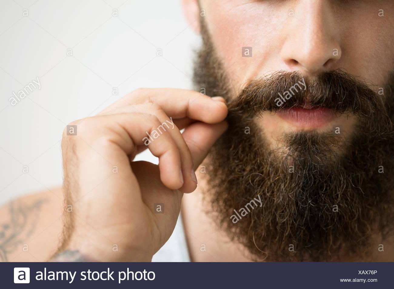 Close up uomo toccando i baffi Immagini Stock