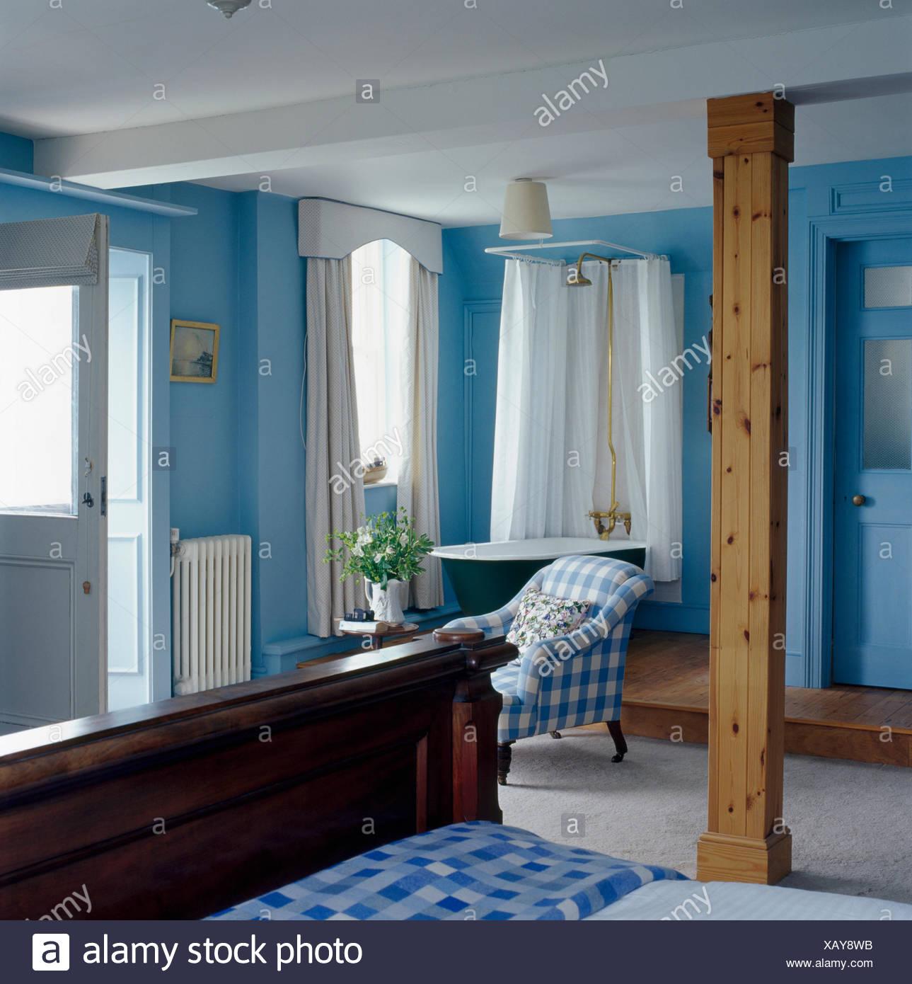 Montante trave di legno in costiera blu camera da letto con doccia ...