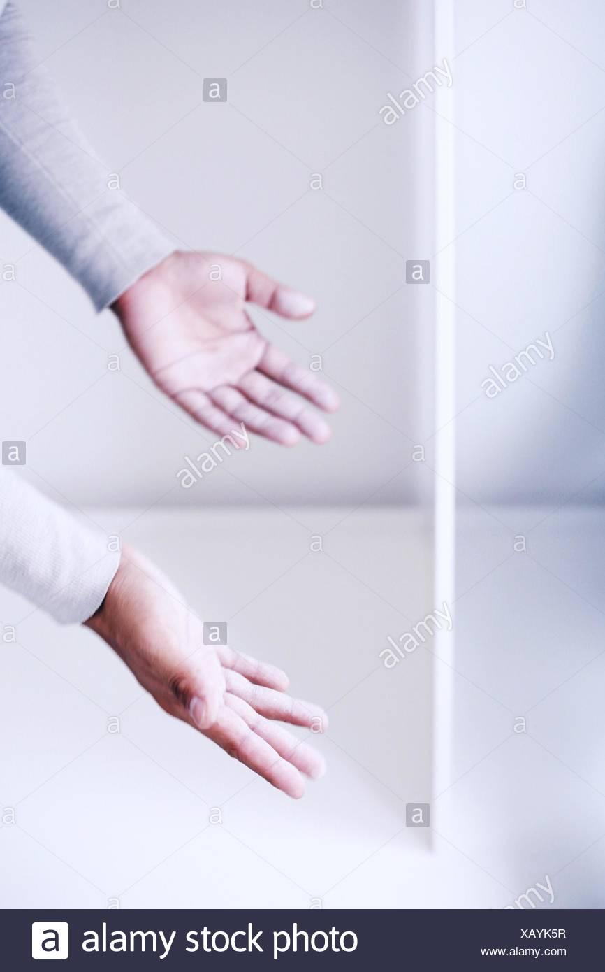 Uomo con le sue mani fuori Immagini Stock