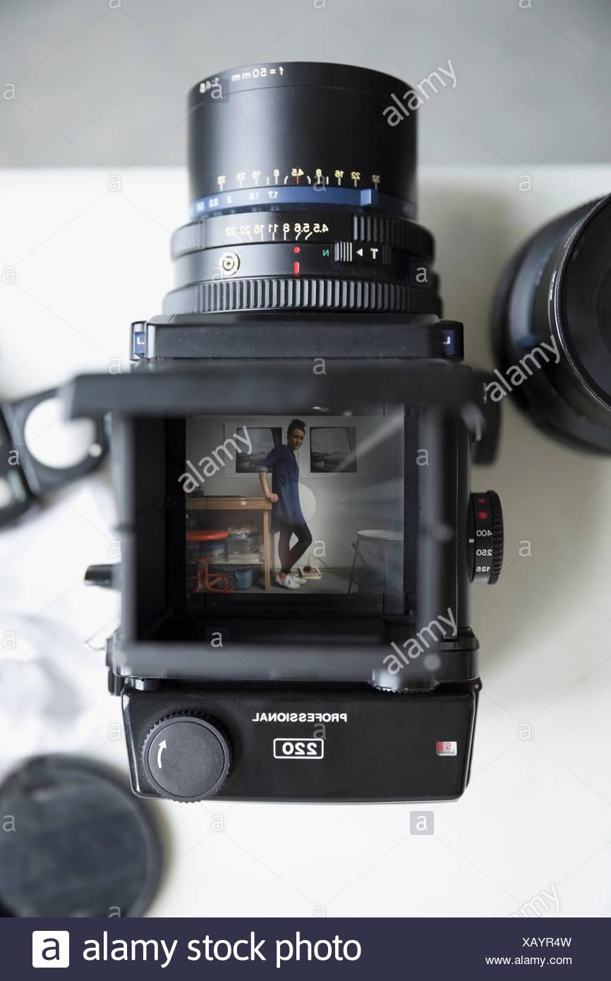 Ritratto di donna fotografo in digitale il mirino della fotocamera Immagini Stock