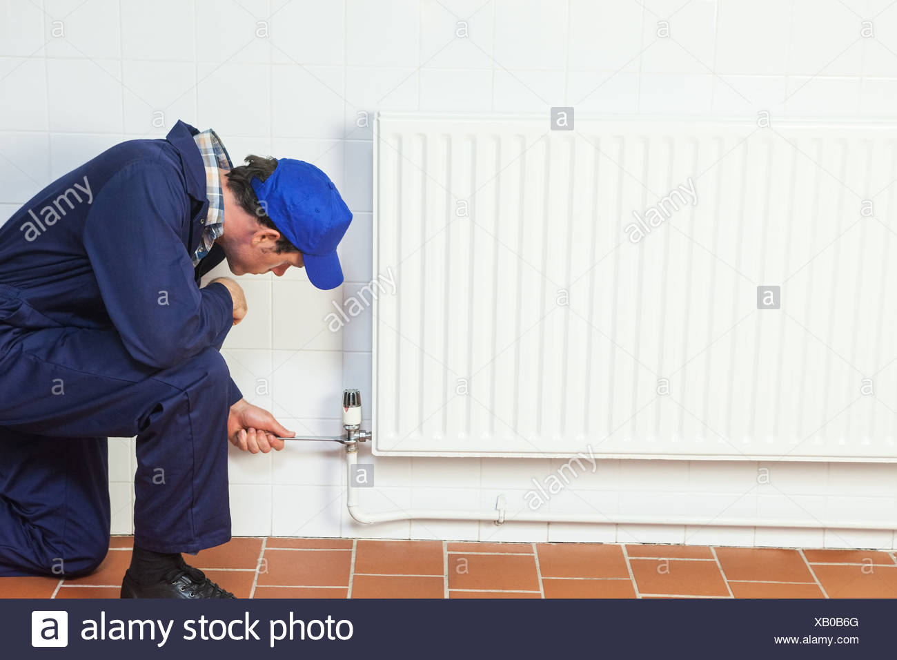 Tuttofare la riparazione di un radiatore Immagini Stock