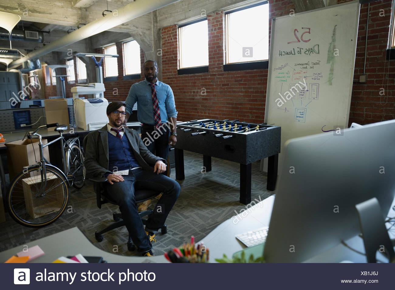 Ritratto fiduciosi gli imprenditori nel nuovo ufficio Immagini Stock